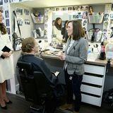 12. März 2015: Herzogin Catherine schaut sich an, wie Schauspielerin Phyllis Logan in der Maske für ihre Rolle geschminkt wird.