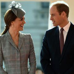 21. Oktober 2014: Zum ersten Mal seit Bekanntgabe ihrer zweiten Schwangerschaft im September zeigt sich Herzogin Catherine wieder in der Öffentlichkeit. Gemeinsam mit Prinz William und anderen Mitgliedern der königlichen Familie ist sie beim Empfang des Präsidenten von Singapur dabei. Die Schwangerschaftsübelkeit scheint sie glücklicherweise überwunden zu haben.