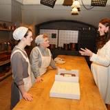 """12. März 2015: Herzogin Catherine ist am Set der Erfolgsserie """"Downton Abbey"""" und plaudert mit den beiden Darstellerinnen Sophie McShera (links) und Lesley Nicol in der berühmten Serienküche."""