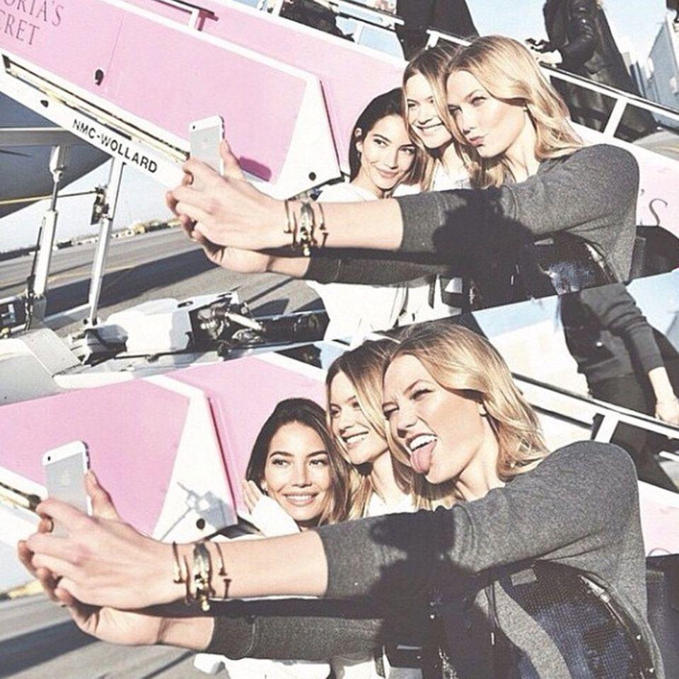 Für persönliche Andenken sorgt Karlie Kloss. Sie schießt witzige Selfies zusammen mit Lily Aldridge und Behati Prinsloo.