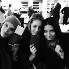 Auch die bekanntesten Models der Unterwäsche-Marke müssen sich am Flughafen ausweisen. Kein Problem für Alessandra Ambrosio, Doutzen Kroes und Adriana Lima - sie haben an ihren Pass gedacht.