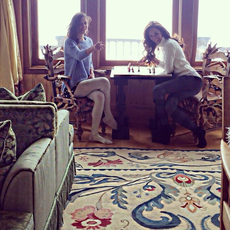 Liliana Matthäus spielt mit einer Freundin Schach.