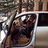 Mit dem Geländewagen geht es für Liliana Matthäus zu ihrem Ferienhaus.