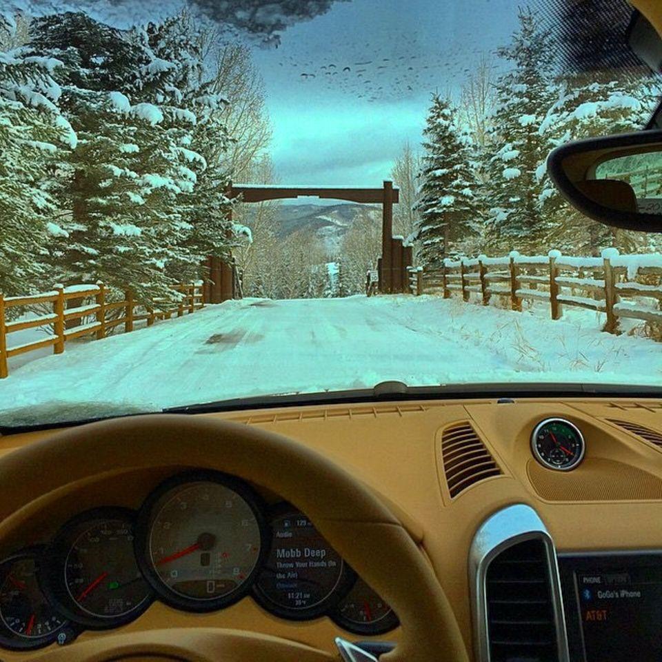 Liliana Matthäus fährt mit ihrem Wagen durchs Winterwonderland.