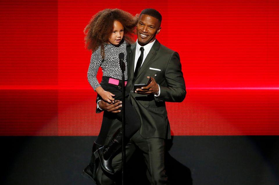 Jamie Foxx trägt stolz seine Tochter Annalise, als er den Award für das beste Rap/Hip-Hop-Album ankündigt.