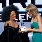"Musiklegende Diana Ross überreicht Taylor Swift den ""Dick Clark Award for Excellence""."