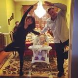 """Hilaria und Alec Baldwin feiern Thanksgiving mit eienm gemeinsamen """"Yoga Post of the Day""""."""