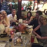 """David Hasselhoff feiert mit seiner Famile in einem Restaurant und schriebt auf Twitter zum Bild: """"Missing my dad but I know he is watching from heaven!"""""""