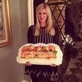 Nicky Hilton bringt einen Kuchen zur Party mit.