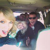"""""""Ich bin dankbar für dieses Auto voller Cousins und Cousinen"""", kommentiert Taylor Swift ihren Schnappschuss."""