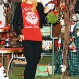 Auch mit 33 Jahren glaubt Paris Hilton noch immer an Santa. Das will sie einem zumindest mit ihrem Sweater weißmachen.