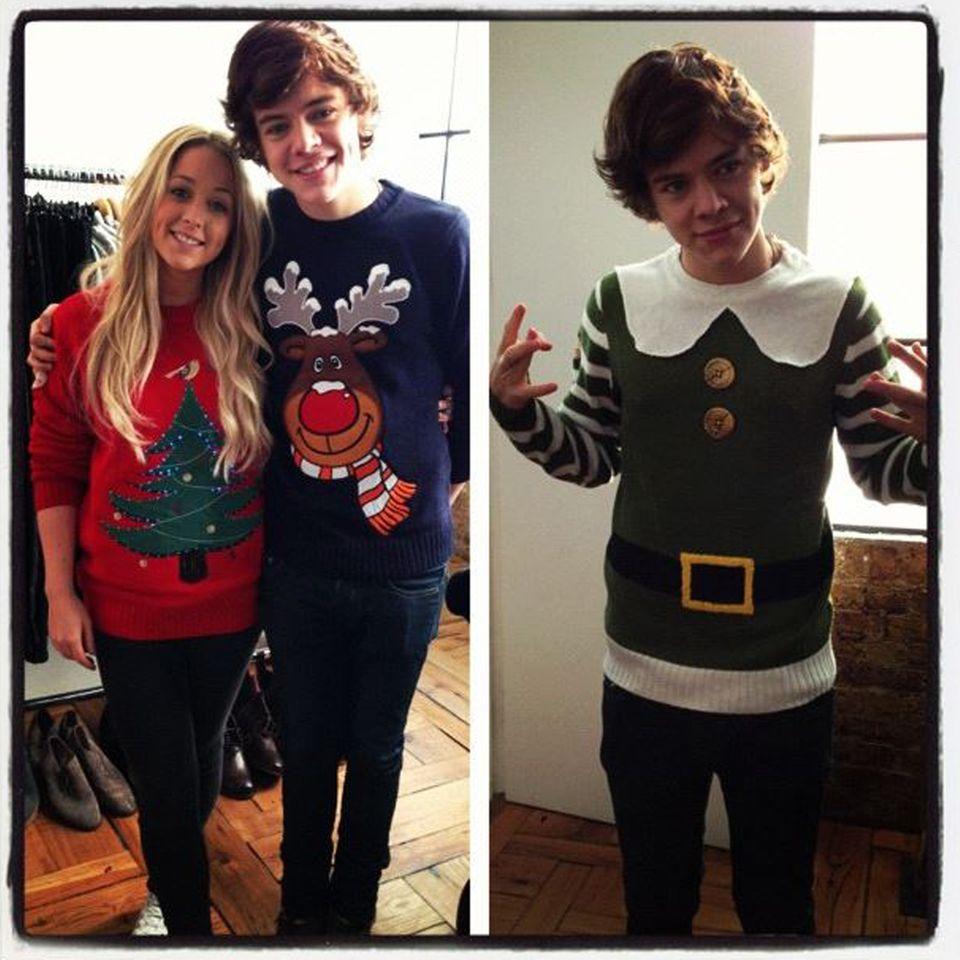 """Harry Styles hat keine Angst davor, sich als absoluter Weihnachtspulli-Liebhaber zu outen. Für das Fest der Liebe hat der """"One Direction""""-Sänger gleich zwei Outfits. Vor allem sein Weihnachtswichtel-Modell ist dabei ein ganz besonderes Stück."""