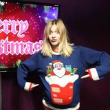 Wie ein übergroßer Kinderpulli wirkt das Modell von Fearne Cotton, die stolz das süße Motiv ihre Pullovers präsentiert.