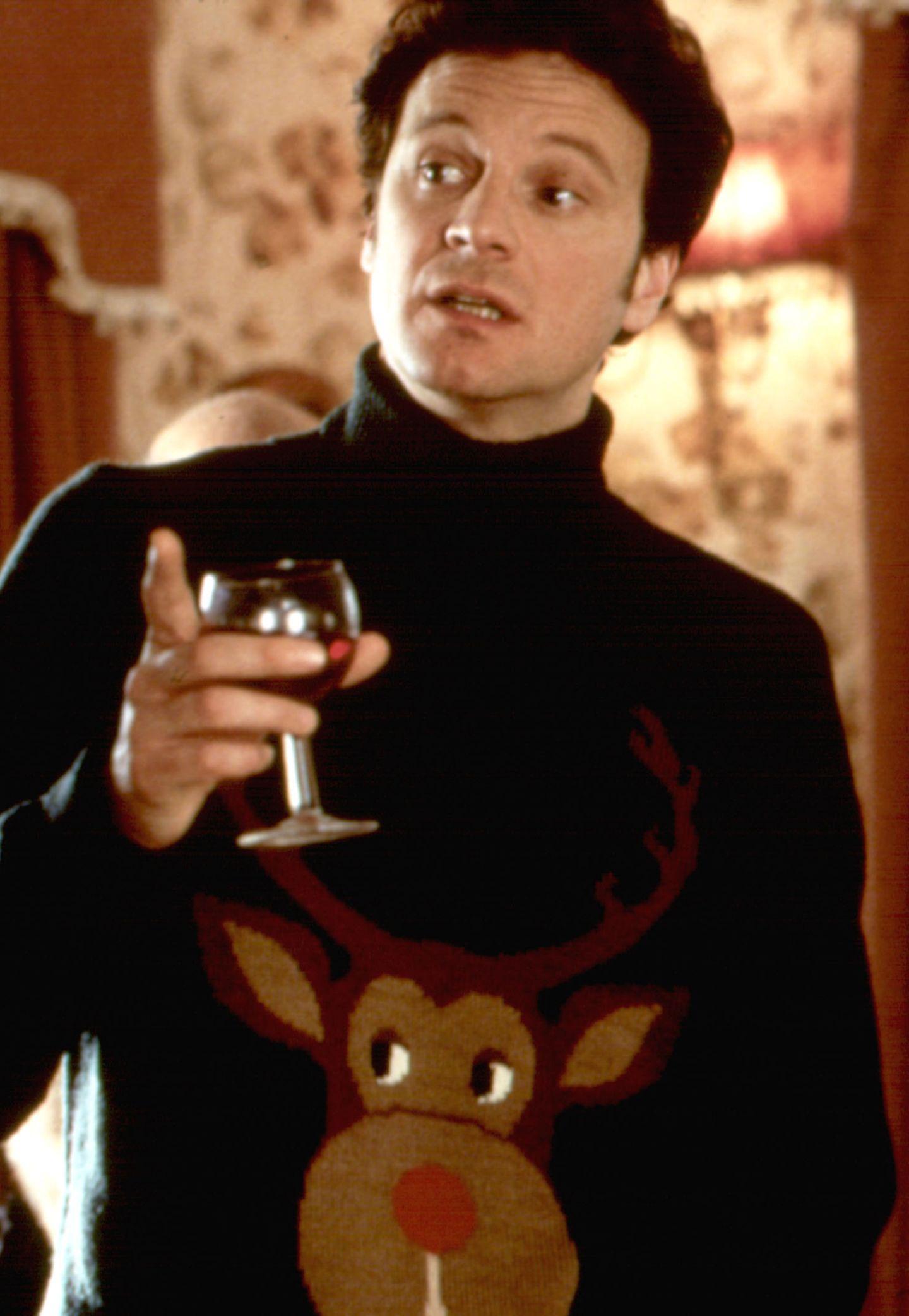 """Mit diesem Rollkragenpullover geht Colin Firth in die Filmgeschichte der Liebeskomödien ein. Als er ihn in """"Bridget Jones"""" trägt, wird die gleichnamige Hauptfigur dank des gigantischen Rentieres auf ihn aufmerksam und bringt die zwei später zusammen."""