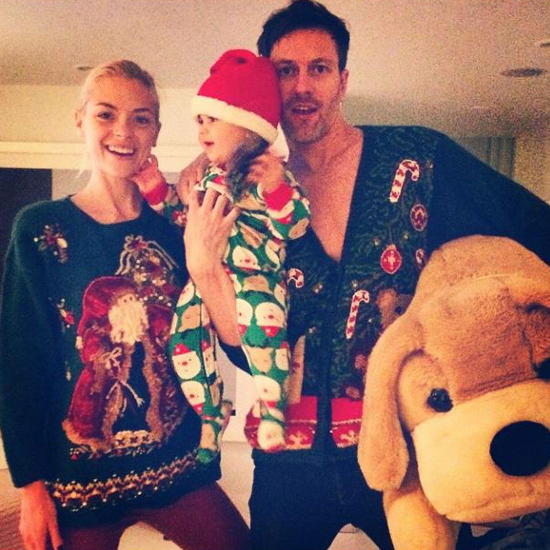 Eine Familie in Festtagslaune: Jaime King, der kleine James und Kyle Newman schicken per Instagram Weihnachtsgrüße und liegen im Wettbewerb der hässlichsten Weihnachtspullis damit ganz weit vorne.