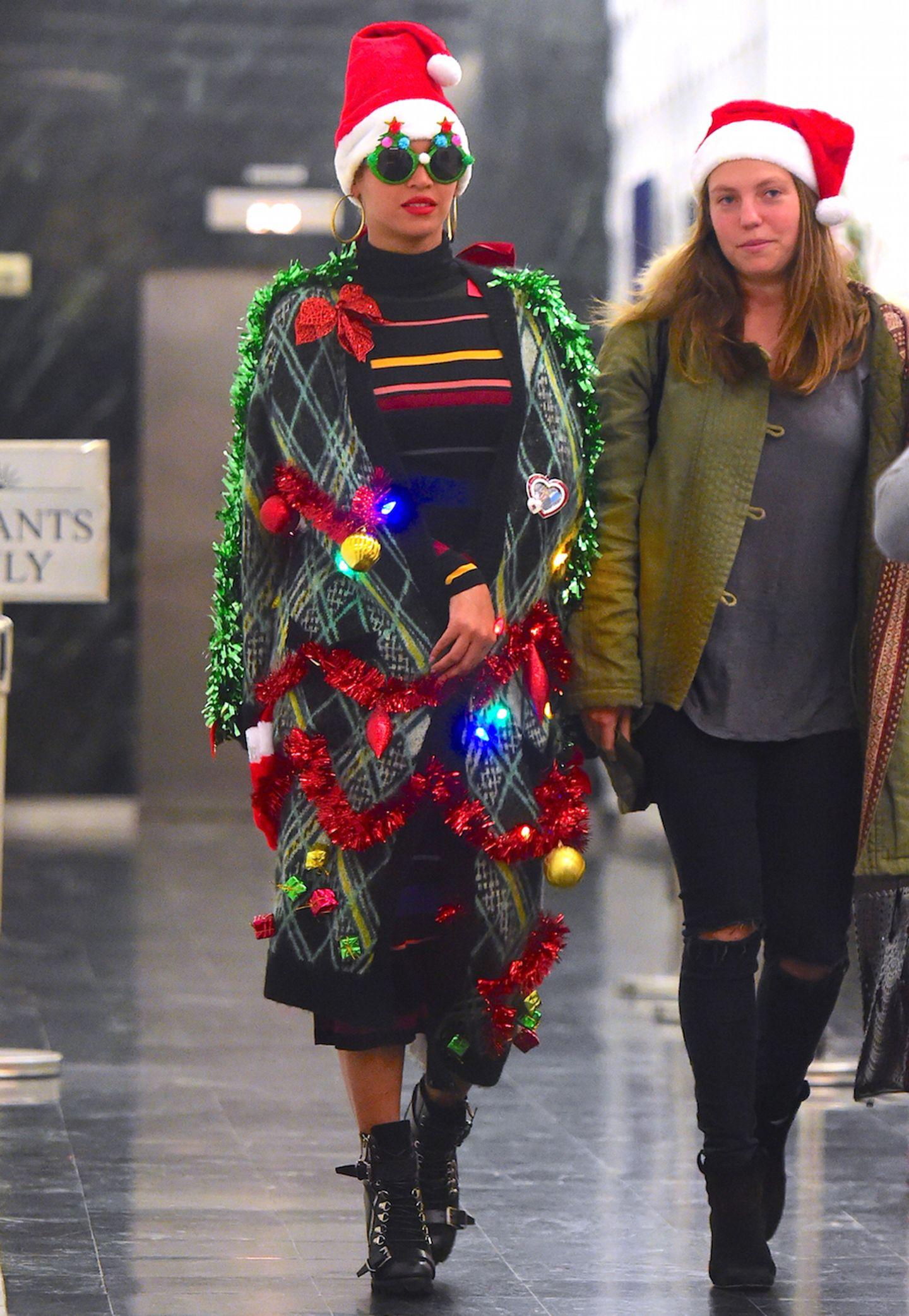 Na, das ist doch mal ein Weihnachtslook! Superstar Beyonce flaniert als wandelnder Tannenbaum mit kitschigem Glitzerschmuck durch eine New Yorker Empfangshalle.
