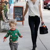 Der kleine Sohn von January Jones, Xander, ist trotz angenehmer Temperatur Kaliforniens schon im Weihnachts-Feeling und versprüht seine Vorfreude durch einen niedlichen Pullover mit verspieltem Print.