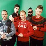 Schwiegermutters Lieblinge: Grobe Strick-Weihnachtspullis und ein breites Grinsen im Gesicht - fertig ist das Weihnachts-Gruppenfoto der Backstreet Boys.