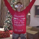Pop-Diva Beyoncé hat ihren ganz persönlichen Weihnachtspullover in dessen Muster sogar ihr Name eingestrickt wurde.