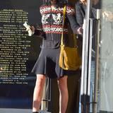 Oben kuschelig warm, unten luftig leicht: Liberty Ross kombiniert ihre Strickjacke zu Minirock und hohen Stiefeletten.