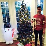Joe Jonas scheint ein ganz besonderer Weihnachtsfan zu sein: Er wünscht mit seinem Pulli fröhliche Weihnachten und schickt gleich noch eine augenzwinkernde Beleidigung mit.