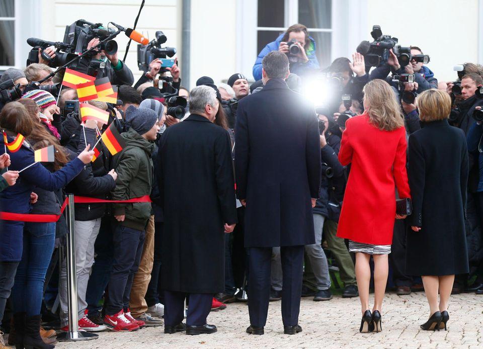 Das spanische Königspaar posiert für die angetretenen Fotografen und Schaulustigen gemeinsam mit Bundespräsident Joachim Gauck und Daniela Schadt.