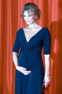 Moderatorin Kerstin Linnartz zeigt stolz ihren Babybauch.