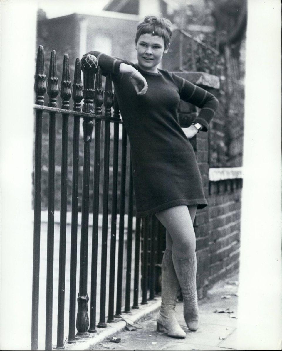 Judi Dench wird am 9. Dezember 1934 in York, England, als jüngstes von vier Kinden geboren und entwickelt sich zu einer der größten Schauspielerinnen.