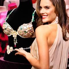 2012: Floral Fantasy Bra  Rosarot und blumig erstrahlt der Fantasy Bra an der Seite seiner Trägerin Alessandra Ambrosio. Das Design von London Jewelers kostet 2,5 Millionen Euro.