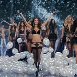 Die Victoria's Secret Fashion Show findet erstmals in London statt.