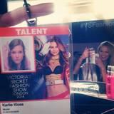 Supermodel Karlie Kloss teilt mit ihren Fans dieses niedliche Bild. Auf ihrem Ausweis für die Show klebt ein altes Foto von ihrer allerersten Show für Victoria's Secret, wie sie verrät.