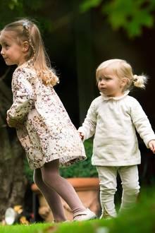 So stylisch tollen auch nur die Trussardi-Mädels im Garten herum: Die herbstlichen Outfits von Sole und Celeste Trussardi sind praktisch und hübsch zugleich.