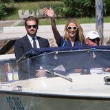 Michelle Hunziker und Tomaso Trussardi winken bei ihrer Ankunft Fans und Fotografen.