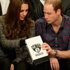 Beim Basketballspiel knabbern Kate und William gemeinsam Popcorn.