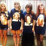 """Auch Taylor Swift zieht mit und macht es Miley Cyrus gleich. Sie nimmt das Ganz jedoch mit Selbstironie und posiert inmitten anderer """"Selbstporträt-Shirts""""."""