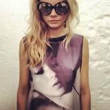 """Eine weitere Hommage an Kate Moss kann man auch am Körper von Cara Delevingne finden. Kein Wunder, schließlich wird Cara auf dem Modemarkt als die """"neue Moss"""" gehandelt."""