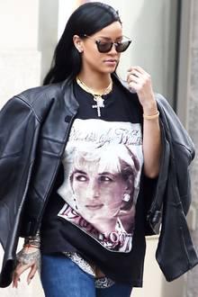 In einem Shirt, welches ein Portrait von Lady Di zeigt, ist Sängerin Rihanna unterwegs zu einem ihrer eigenen Konzerte.