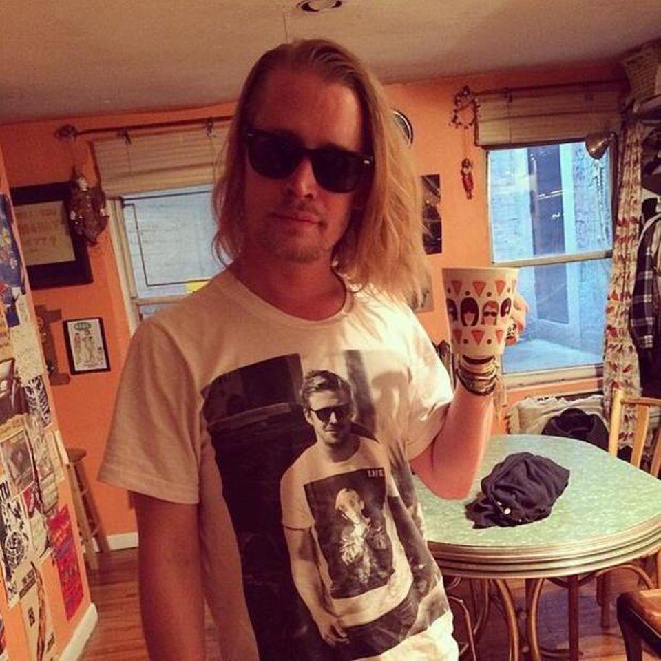 """Macaulay Culkin trägt Ryan Gosling, trägt Macaulay Culkin. Ein verwirrendes Shirt-Battle lieferten sich der """"Kevin - Allein zu Haus""""-Darsteller und Hollywood-Beau Mitte 2014."""