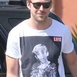 Anstoß des Domino-Shirt-Effekts gibt Ryan Gosling mit diesem Shirt, auf dem Macaulay Culkin als Kinder-Star zu sehen ist. Kurz daraufhin zeigt sich dann Macaulay mit seiner Version des T-Shirts auf Twitter.