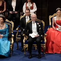 Königin Silvia, König Carl Gustaf und Kronprinzessin Victoria sitzen auf der Bühne in der ersten Reihe. Hinter ihnen Prinz Daniel.
