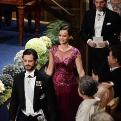 Prinz Carl Philip, seine Verlobte Sofia Hellqvist und Chris O'Neill kommen zu ihren Sitzplätzen im Parkett. Dahinter folgt (nicht im Bild) Prinzessin Madeleine.