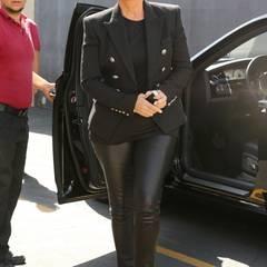 Auf den Look à la schick gestylter Rockstar setzt auch Kris Jenner in zweireihiger Jacke und Leder. Die eckige Sonnenbrille könnte dabei sogar direkt von Kim Kardashian stammen.