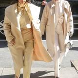 Manchmal kann es Kris Jenner gar nicht schnell genug damit gehen, den Look ihrer Töchter zu kopieren. Wie ein modisches Look-a-like geht sie gemainsam mit Kim im cremefarbenen Outfit samt Wollmantel und Schleifen-Detail zum Lunch in einem New Yorker Restaurant.