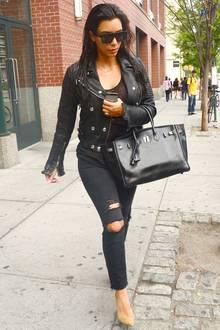 Kim Kardashian liebt neben extravaganten Red-Carpet-Kleidern auch den coolen Biker-Look. Diesen interpretiert sie als Kombination aus Lederjacke, eckiger Sonnenbrille und zerrissener Jeans. Doch selbst wenn sie nicht auf dem roten Teppich unterwegs ist, verzichtet Kim niemals auf edle It-Pieces.