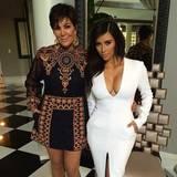 Die bunten Stickereien und die schwarze Spitze des Designer-Stücks haben es auch Kris Jenner angetan. Sie posiert in dem Kleid von Valentino neben Tochter Kim Kardashian.