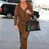Zurück in Amerika leiht sich Kris Jenner das Kleid ihrer Tochter aus. Die fünffache Mutter zeigt im Longsleeve mit Kordel-Detail jedoch weniger Dekolleté als Kim Kardashian.