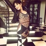 Das einzigartige Muster des Givenchy-Kleides erkennt man natürlich auch sofort an Kris Jenner wieder. Diese hat sich den Style ihrer Tochter exakt abgeguckt und kombiniert dazu ebenfalls eine derbe Lederjacke.