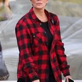 Nachdem Kris Jenner ihre Tochter Kourtney in dem lässigen Hemd gesehen hat, muss sie direkt ins nächste Geschäft gelaufen sein. Denn schon zwei Tage später trägt sie ein ähnliches Kleidungsstück.