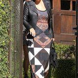 Bei dem gemusterten Maxikleid von Kim Kardashian handelt es sich ganz eindeutig um ein Stück aus der 2013er Resort-Kollektion von Givenchy.