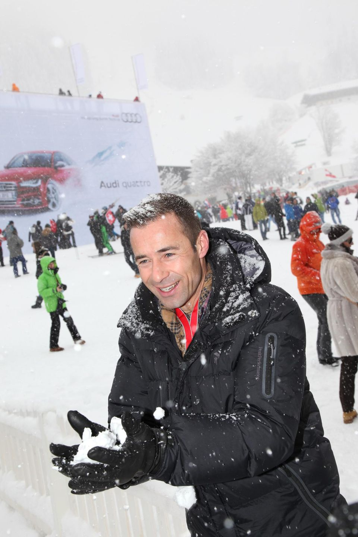 """Rauf in die Berge!   """"Weihnachten und Strand passen für mich nicht zusammen"""", sagt Kai Pflaume, 47. Deshalb feiert der Moderator auch diesmal in den Bergen. """"Hoffentlich mit Schnee, damit wir zum Skifahren gehen können."""" Aktive Erholung - daneben wird geschlemmt. Weihnachten gibt es Fleischfondue und als Nachtisch ein schön üppiges Schichtdessert. Der kalorienfreie Name: """"Ewige Liebe""""."""